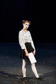 Mime femmina con manoscritto in piedi sul palco