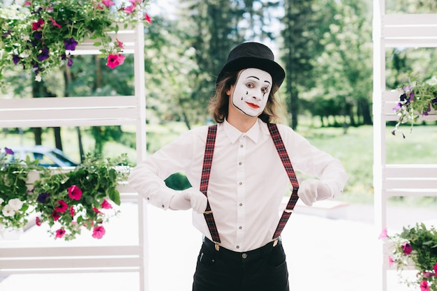 Mime in posa in un parco