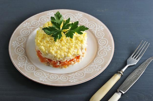 Mimosa di insalata con pesce, carote e uova