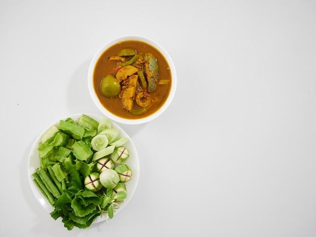 Minestra acida e verdure degli organi di pesce tailandesi