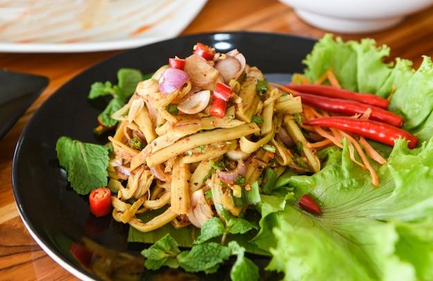 Minestra asciutta del germoglio di bambù tagliuzzata cucinata con gli ingredienti delle erbe e delle spezie e la verdura fresca della lattuga.