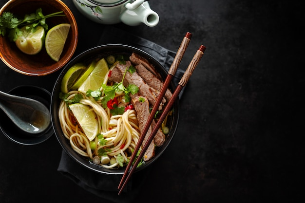 Minestra classica asiatica saporita con le tagliatelle e la carne