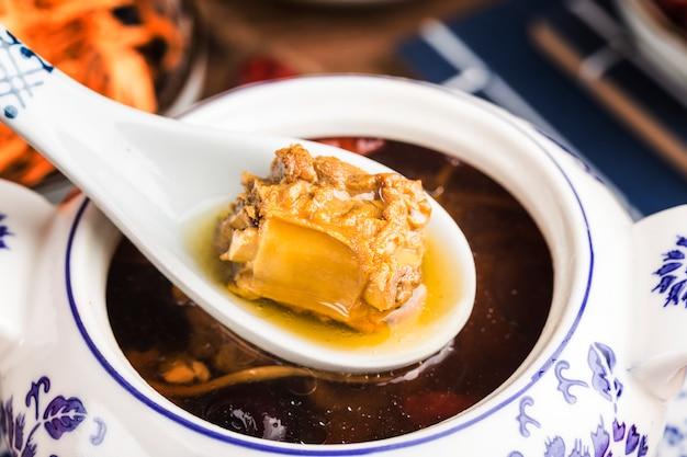 Minestra di osso di maiale fiore cordyceps, cibo cinese