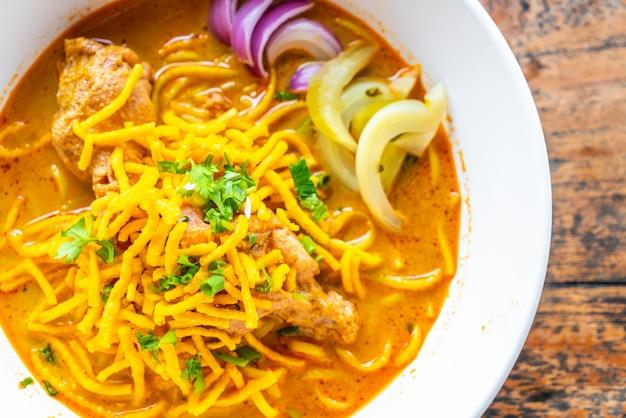 Minestra di pasta al curry di stile nordico della tailandia con il pollo