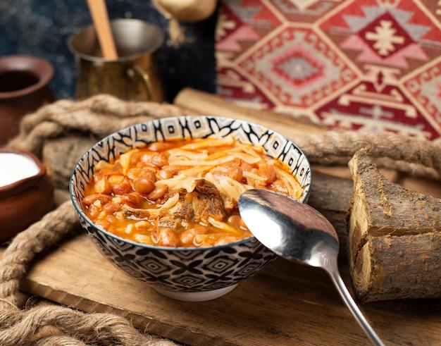 Minestra di pasta cinese in salsa al pomodoro con i fagioli.
