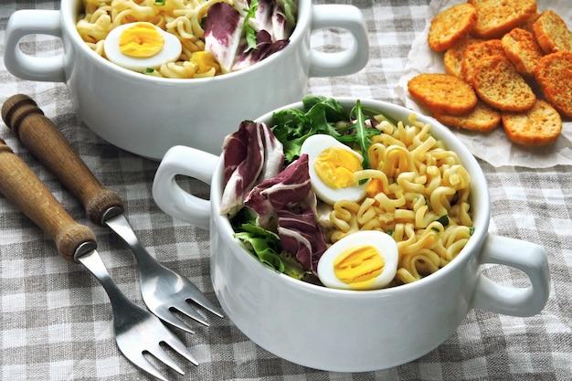 Minestra di pasta con uova di quaglia e insalata mista
