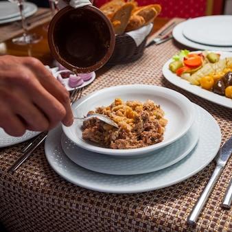 Minestra di piselli orientale deliziosa mangiatrice di uomini con carne su una tavola di legno. veduta dall'alto.