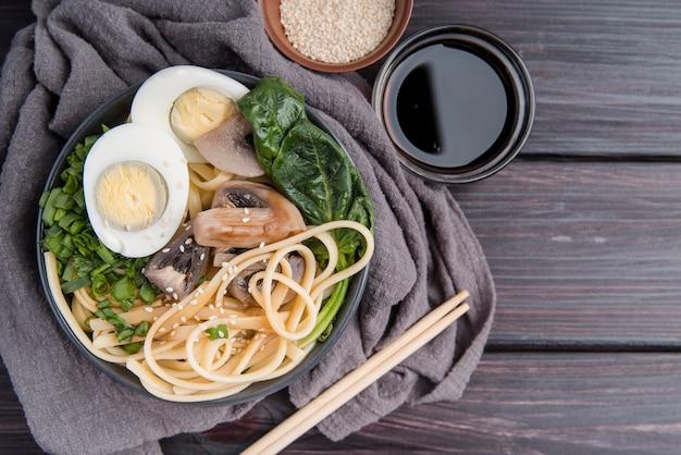 Minestra di ramen delle uova e degli spinaci sul panno