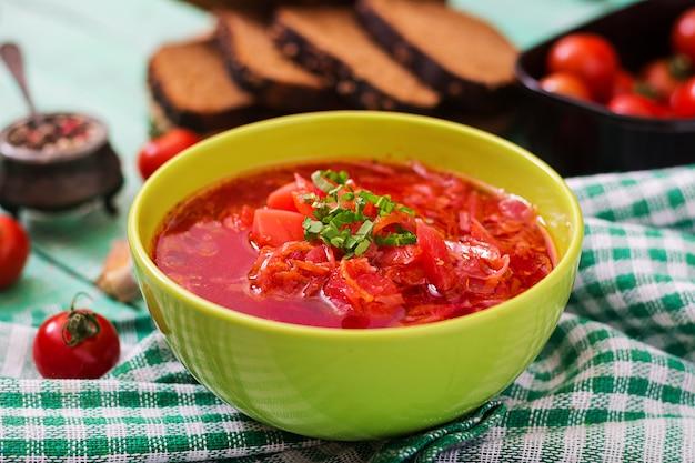 Minestra di verdura russa ucraina tradizionale del borscht sulla ciotola verde.