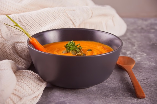 Minestra sana della crema di carote di cibo. zuppa di verdure vegetariane.
