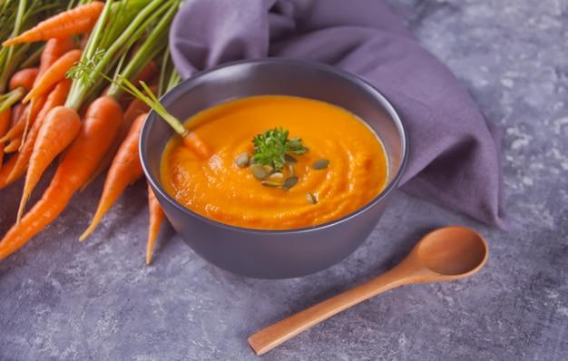Minestra sana della crema di carote di cibo.