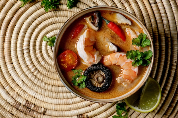 Minestra tailandese tom yum