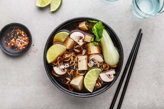 Minestra vegetariana asiatica del tofu servita in ciotola