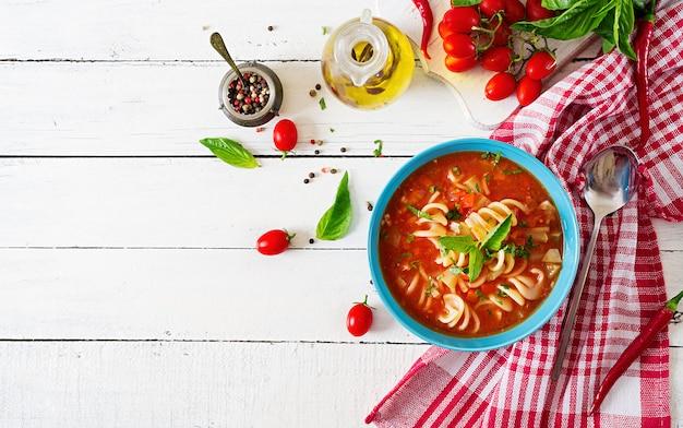Minestrone, zuppa di verdure italiana con pasta. zuppa di pomodori. cibo vegano. vista dall'alto. disteso.