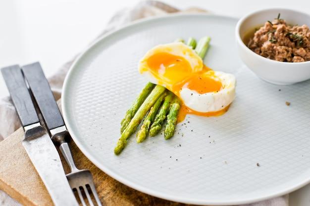 Mini asparagi grigliati con uova e tonno.