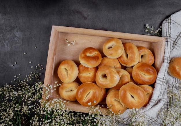 Mini bagel casalinghi sul vassoio di legno.