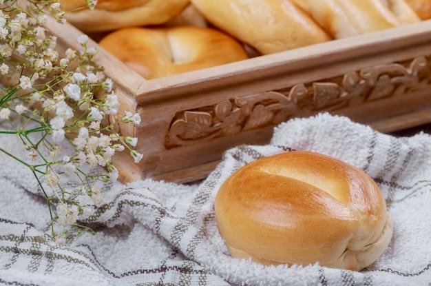Mini bagel semplici in cestino e fiori.