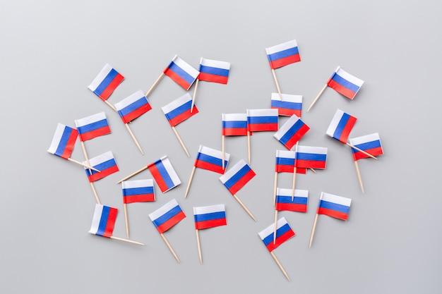 Mini bandiere russe su grigio