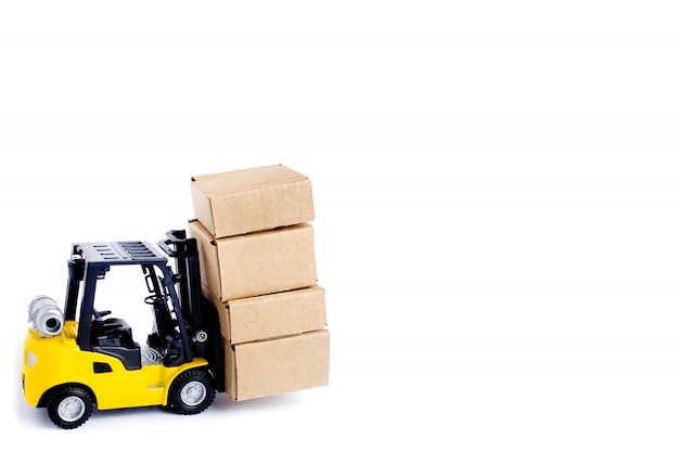 Mini carrello elevatore a forcale caricato con scatole di cartone isolate
