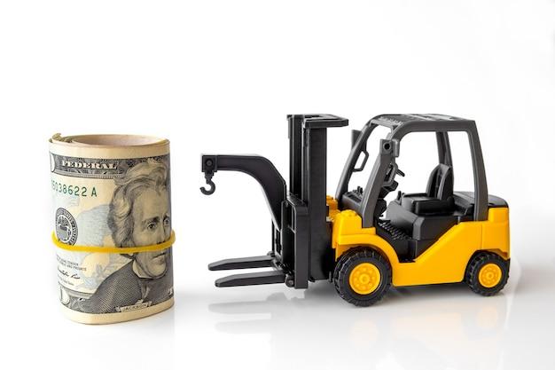 Mini carrello elevatore a forcale carico pila di banconote usa. logistica, trasporti, idee di gestione, concetto commerciale di affari del settore.