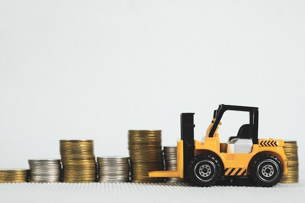 Mini carrello elevatore con pila di monete