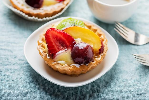 Mini crostate con crema e mix di frutta estiva