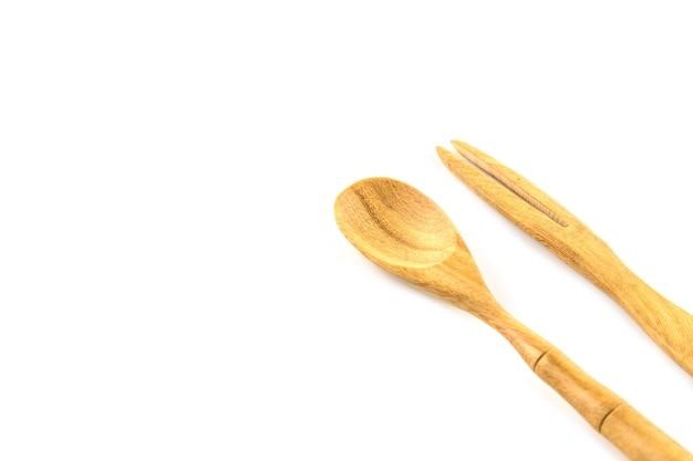 Mini cucchiaio e forchetta di legno isolati su fondo bianco