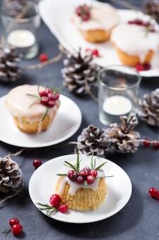 Mini cupcakes natalizi con glassa di zucchero, mirtilli rossi e rosmarino