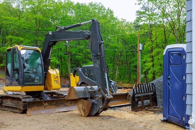 Mini escavatore in cantiere per lavorare in piccoli spazi