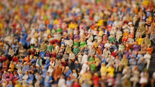 Mini figura folla di persone sedute allo stadio