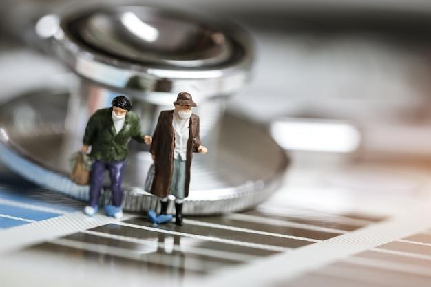 Mini figure persone o uomo turistico che indossa una maschera chirurgica protettiva coronavirus 2019-ncv