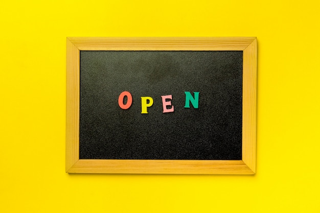 Mini lavagna scritta su sfondo multicolore aperto