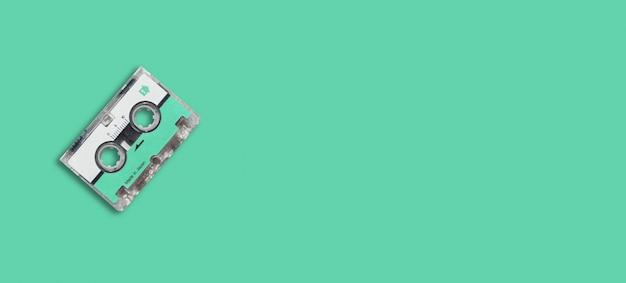 Mini nastro audio su sfondo colorato.