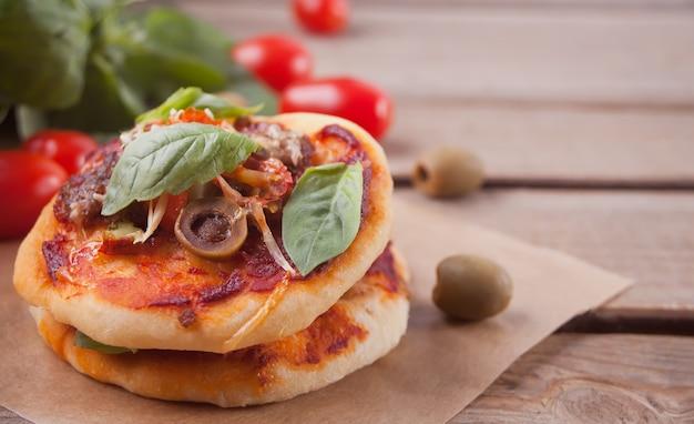 Mini pizza fatta in casa su legno