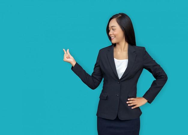 Mini prodotto attuale della mano aperta abbastanza asiatica della donna di affari sul fingle con il blu