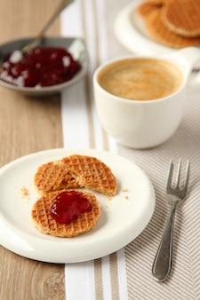 Mini stroopwafels sciroppi con marmellata e tazza di caffè