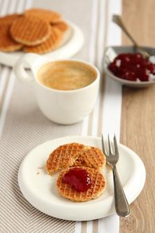 Mini stroopwafels sciroppi con tazza di caffè e marmellata