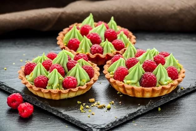 Mini tartellette di lamponi deliziose con panna montata