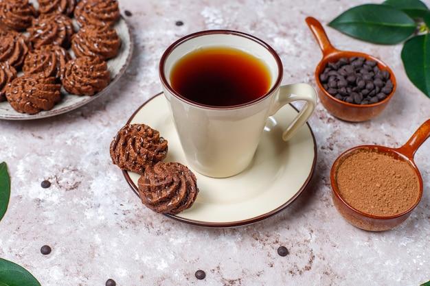 Mini tartufi al tartufo con gocce di cioccolato e cacao in polvere