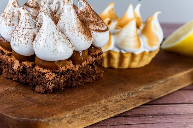 Mini torta al cioccolato e torta al limone.
