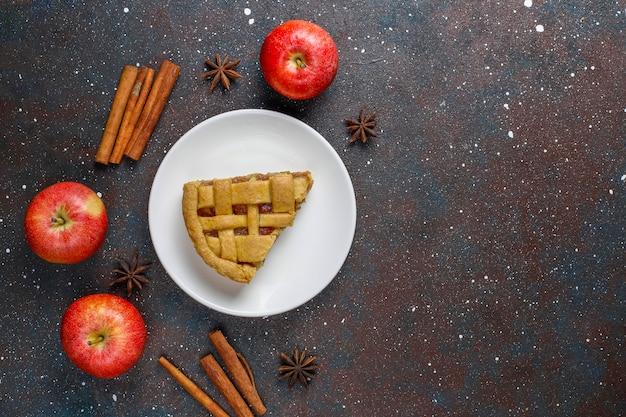 Mini torta di mele fatta in casa con cannella.