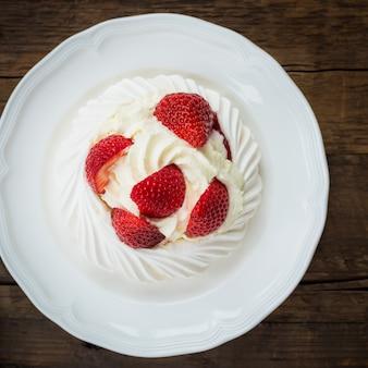 Mini torta di meringa pavlova con fragole fresche