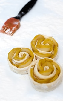 Mini torte aperte preparate per la cottura