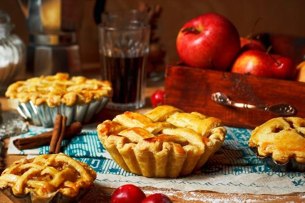 Mini torte di mele fatte in casa su legno rustico con caffè