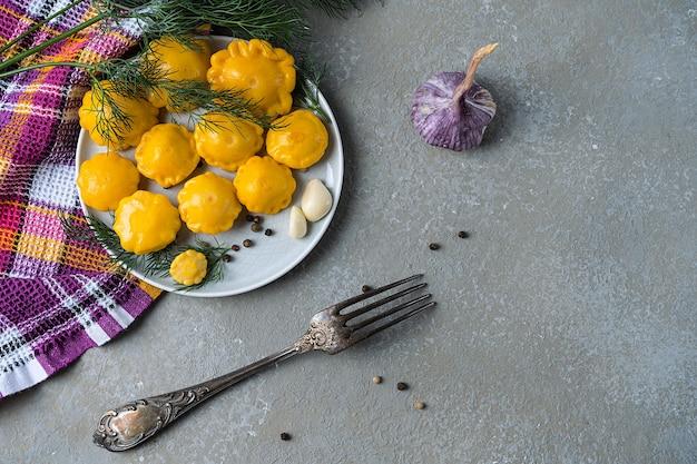 Mini zucca in salamoia, fatta in casa su una pietra grigia