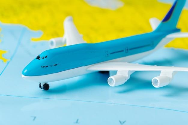 Miniatura di un aereo passeggeri che vola su una mappa