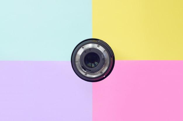 Minimalismo con obiettivi fotografici su sfondo blu, viola, rosa e giallo