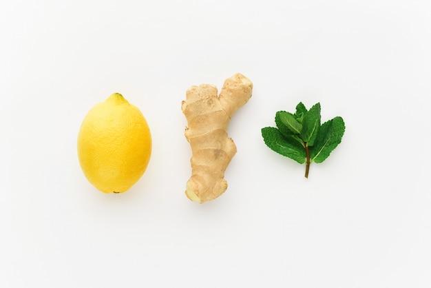 Minimalismo limone e zenzero su uno sfondo bianco. concetto di aumento dell'immunità in inverno
