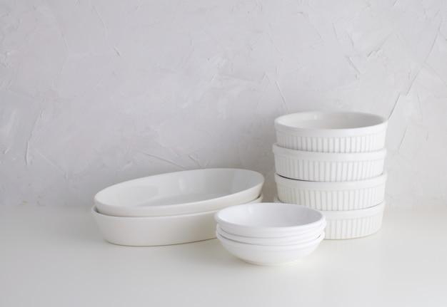 Minimalismo stoviglie in porcellana bianca stile di vita bianco