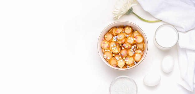 Minuscole frittelle di cereali a mosca accanto agli ingredienti.